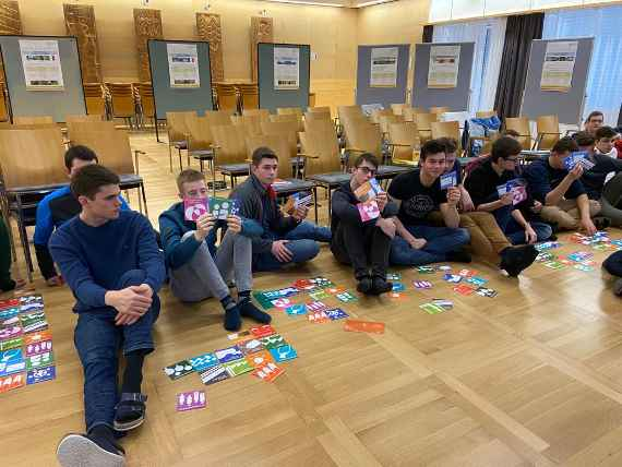 schuelerinnen und schueler waehrend des workshops smart up your life